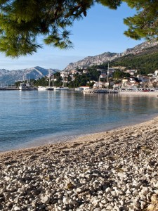 Baska Voda: The beach, town and harbour, with mountains behind