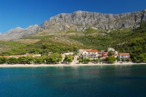 Uvala Drvenik: The beach and village. Beware the swimming nets across the bay