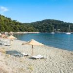 Saplunara: The sandy beach is popular with charter yachts