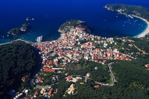Parga: Aerial view of the bays, separated by the Venetian castle on the promontory