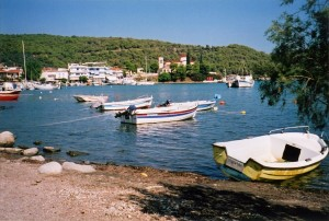 Palaia Epidavros: Harbour and town seen from the beach