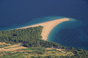 Bol: The beach at Zlatni Rat, west of the harbour