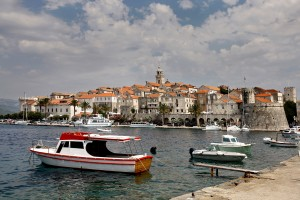 Korcula: Yachts and trip boats moored in front of the walled city
