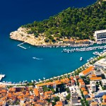Makarska: The harbour with yachts and motor cruisers on the main quay
