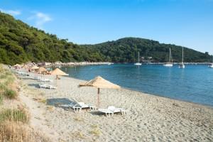 Saplunara: The sandy beach is popular with charter yachts