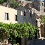 Monemvasia: Typical street with cafe and small church