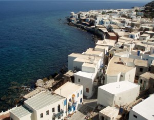 Mandraki (Nisyros): Houses crowd the waters edge