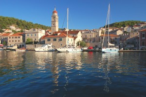 Pucisca: Yachts and local boats moored in front of the church