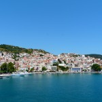 Skopelos Town: Harbour and town with yachts on the stub jetty, right