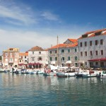 Stari Grad: Yachts and local boats on the quay in front of the town
