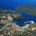 Mourtos: Aerial view of the harbour and town with the islands of Nikolaos and Sivota behind