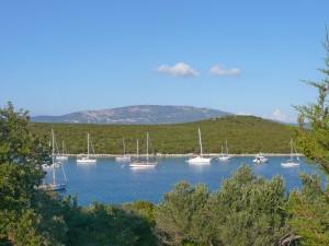 Maracol: Yachts at anchor in the bay