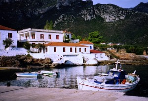 Kiparissi: Typical buildings beneath the mountains