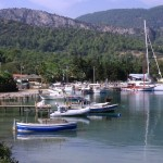 Akbuk Koyu: Boats by the beach with a sailing yacht