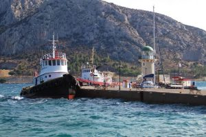 Corinth Canal: Tugs on the waiting quay